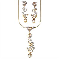 GOLD NECKLACE SET WITH STUDDED DIAMOND