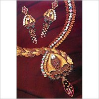 ANTIQUE NECKLACE SET WITH STUDDED DIAMOND