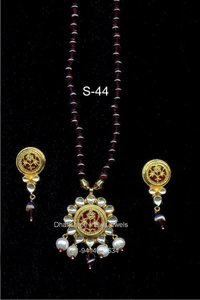 Elegant Kundan Pendant Set