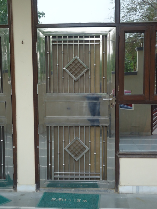 Stainless steel single gate in 17 mathura road for Single gate designs for homes