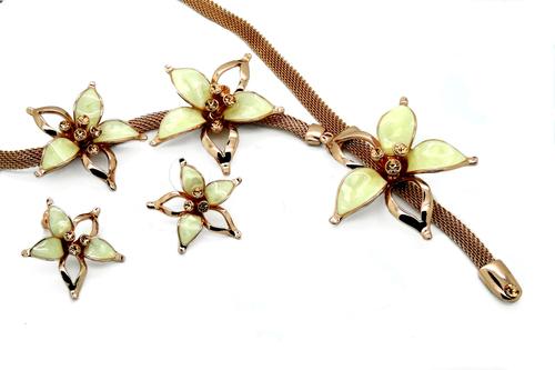 Designer Flower Jewel Set In Cream