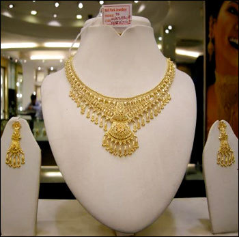Designer gold necklace set in kolkata west bengal m p for Salon decor international kolkata west bengal