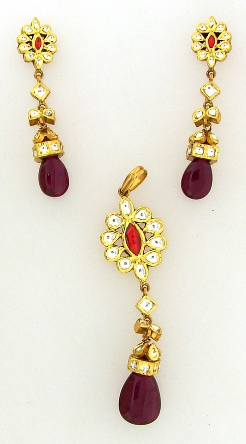 Ladies Gold Pendant With Earrings in  Gautam Nagar
